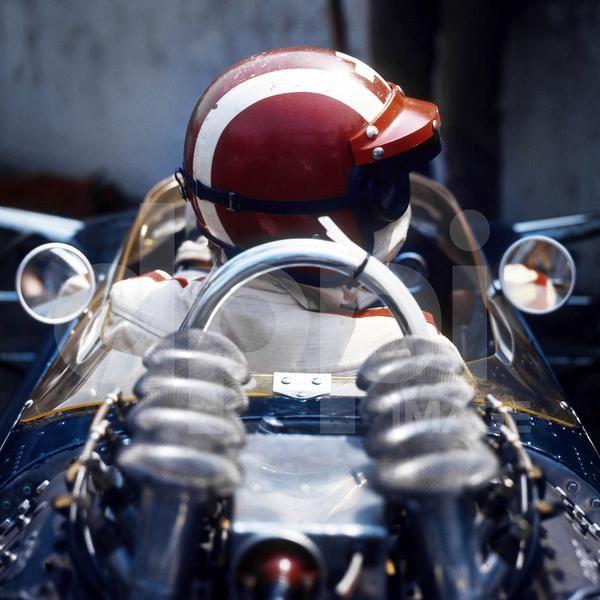 Monsieur JO  © Archives DPPI Un casque rouge frappé de la croix blanche, pas de doute, c'est bien Jo Siffert qui est assis dans l'étroit cockpit de sa Lotus 49 engagée dans le championnat du Monde de Formule 1 1968. Dans son dos, 180 litres d'essence pour alimenter le V8 Ford Cosworth développant 430 chevaux. No fear !