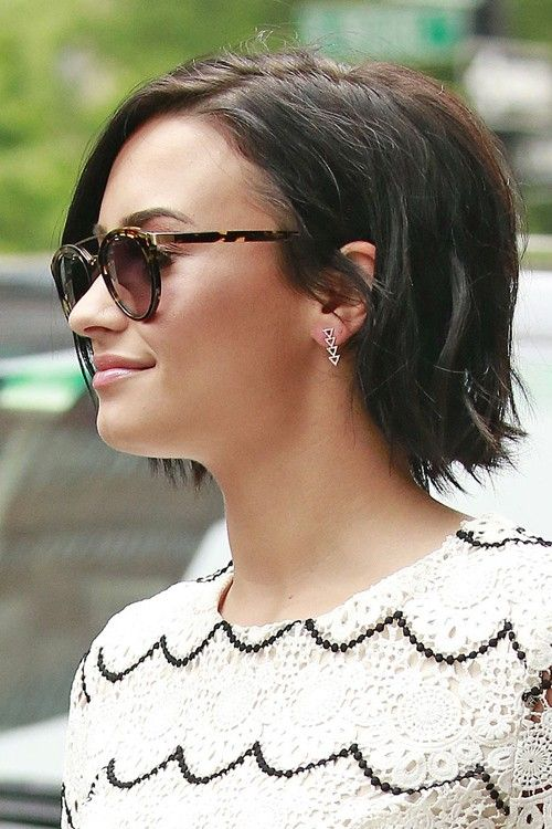 I wish I hadn't become so incredibly lazy with dyeing my hair, because every time I see Demi Lovato's super dark bob, I want it.