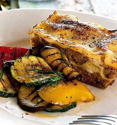 Lagar du lasagne av lammfärs ska du krydda den lite annorlunda än om du lagar med nötfärs. Pröva den här läckra varianten!