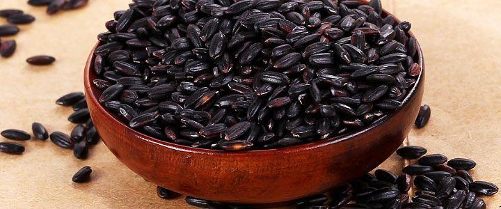 RISO NERO: Il Riso nero è una varietà di riso integrale molto apprezzata per il suo gusto intenso, per il suo basso indice glicemico e per la presenza di una sostanza antiossidante contenuta anche in alcuni frutti, come i mirtilli, l'uva e le ciliegie. E un alimento ottimo per tutti i gruppi sanguigni ed è certamente più indicato del normale riso bianco brillato. Il riso nero ha origini cinesi, ma esistono due varietà coltivate anche in Italia....