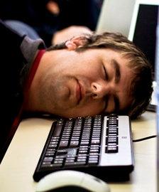 Cajero bancario se queda dormido sobre el teclado y transfiere más de 222 millones de euros - Cachicha.com