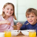 Un estudio en el Journal of the Academy of Nutrition and Dietetics halló que los niños que regularmente lo comen frío por la mañana son más propensos a tener un peso sano en comparación con los
