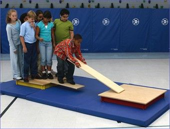 Sinking Raft Team Building Challenge --- Puede hacerse con cartón en vez de la madera.