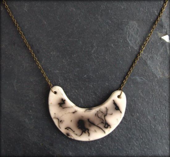 Collar de cerámica hecho a mano con técnica rakú de pelo de caballo.  Es un collar único y exclusivo. El ancho de la pieza es de 6 cm. y el largo del collar 22-26 cm.