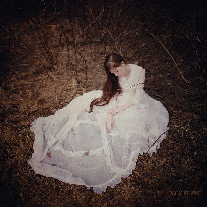 Le vent baise ses seins et déploie en corolle Ses grands voiles bercés mollement par les eaux; Les saules frissonnants pleurent sur son épaule, Sur son grand front rêveur s'inclinent les roseaux.