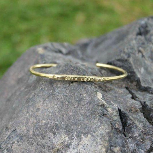 Bracelet en laiton,fabriqué à la main par Diana DeLuca et Jeneen Gacek.Unique et passe-partout, on aime!Ajustable, mais convient à un poignet allant jusqu'à 6.5 pouces.