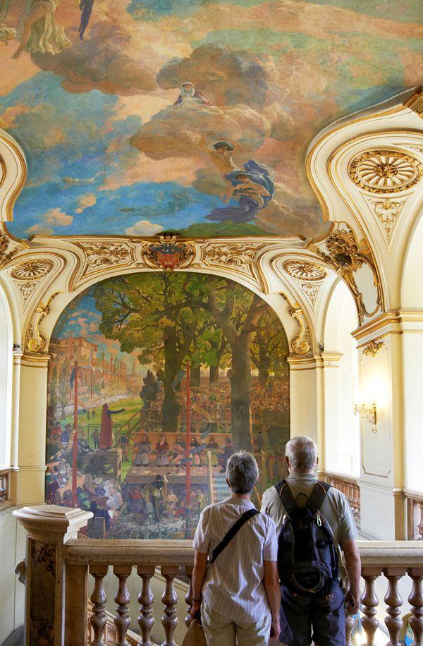 Entrez dans le Capitole, l'hôtel de ville de Toulouse, et ne manquez pas les salles d'apparat, dont la célèbre Salle des Illustres. © D. Viet #visiteztoulouse #toulouse #capitole