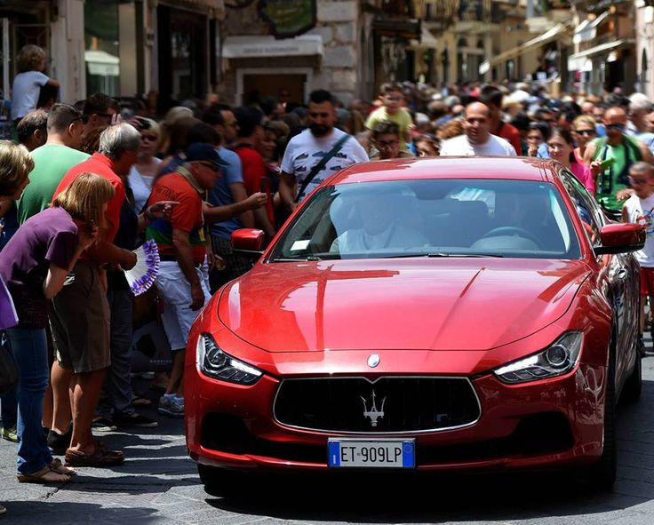 The arrival of the Maserati Ghibli Rosso Energia in Taormina.