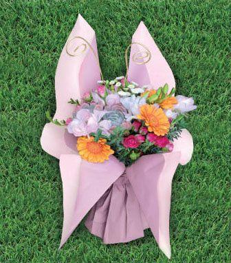 Atelier du fleuriste envol pastel flowers wrapped in - Comment emballer des cadeaux ...