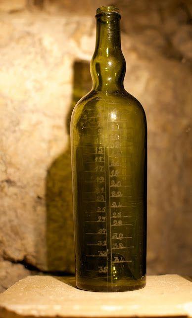 """""""La bouteille graduée est pour moi un symbole de l'intrication intime entre la vis monastique et la production de liqueur de Chartreuse: c'est une bouteille venant de la sacristie de Tarragone et utilisée par le moine célébrant la messe pour doser le vin de messe en fonction du nombre de participants... Elle a du traîner là durant des années sans que personne n'y fasse attention, alors qu'elle symbolise parfaitement l'aspect unique de """"distillerie-monastère"""" de Tarragone"""" Michel Steinmetz"""