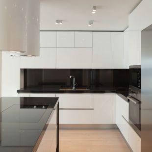 Høytrykksmalt kjøkken Type: LE, Profil: R=1 og m/gripekant Farge: hvit høyglans