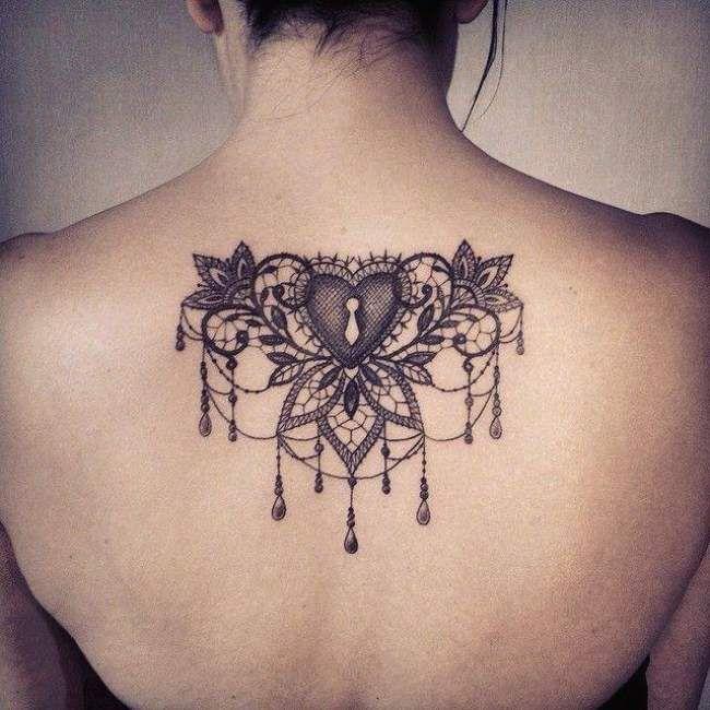 Tatouage femme Coeur Noir et gris sur Dos