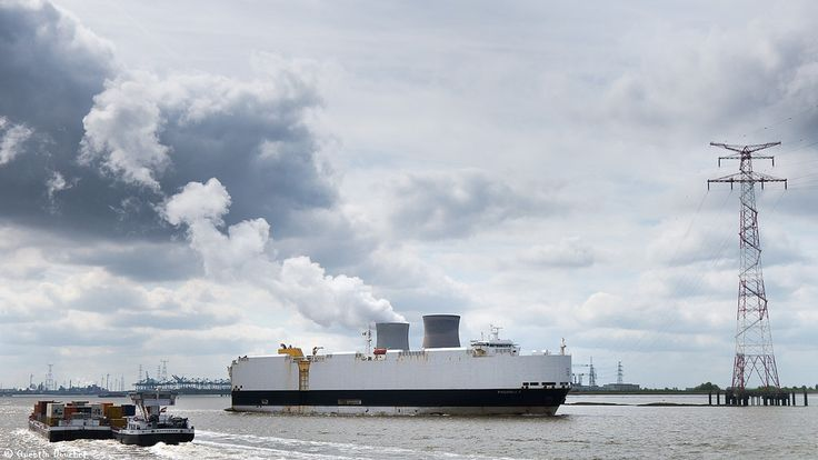 https://flic.kr/p/UVkaAh   Bateau à vapeur ?   Le Paganella (11 454 tpl/dwt) passe devant les deux tours de refroidissement de la centrale nucléaire de Doel, le 13 avril 2017.  Port d'Anvers, Belgique - (04/2017).  © Quentin Douchet.
