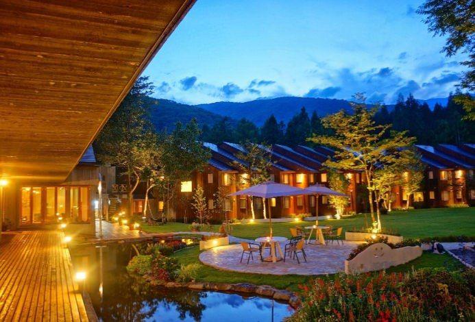 3万坪の敷地を誇る、花と木々と水辺に囲まれた白馬の自然派ホテル