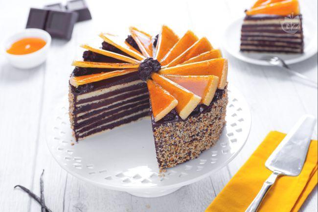La torta Dobos è il dolce ungherese più famoso, un'esplosione di dolcezza composta a strati, che vi sorprenderà ad ogni assaggio!