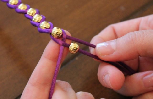 Плетеный браслет с бусами своими руками