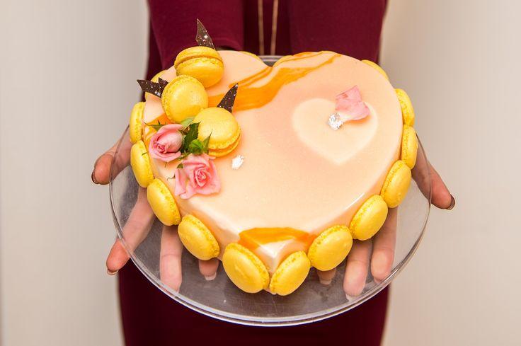 Tortul in editie limitata, Passion, este realizat cu mare atentie si dedicare, fiind special creat pentru aceasta perioada din an in care se sarbatoreste Valentines Day sau Dragobetele si este unul dintre cele mai potrivite cadouri pentru cei dragi, mai ales pentru cei care adora gustul deosebit al fructului pasiunii.  Pret: 160 lei / BUC