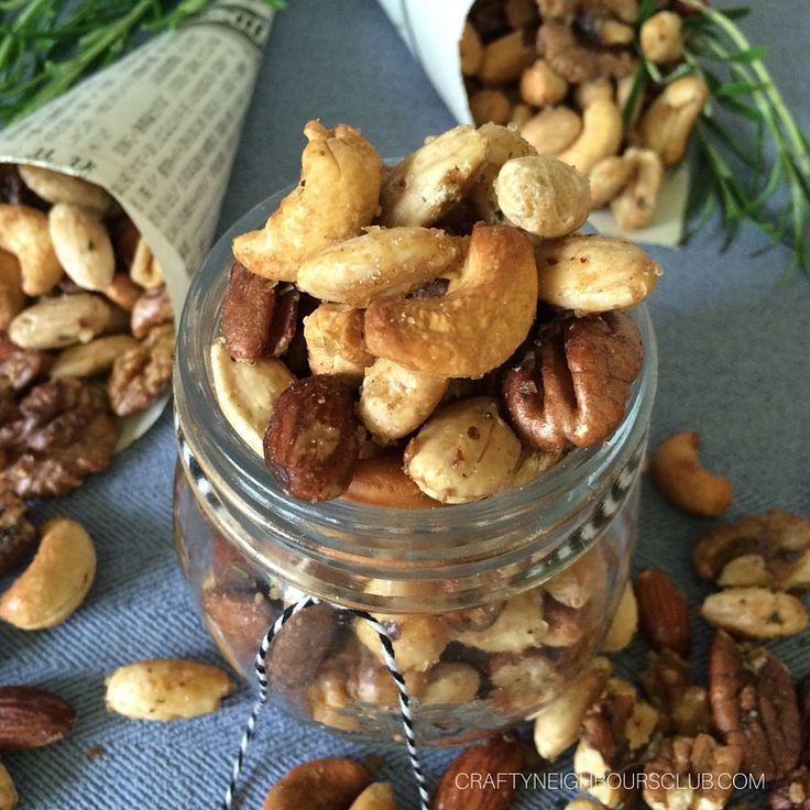 Geröstete Nüsse, verfeinert mit Rosmarin. Unser 10 Minuten Rezept #geröstetenüsse #knabbernüsse #gewürznüsse