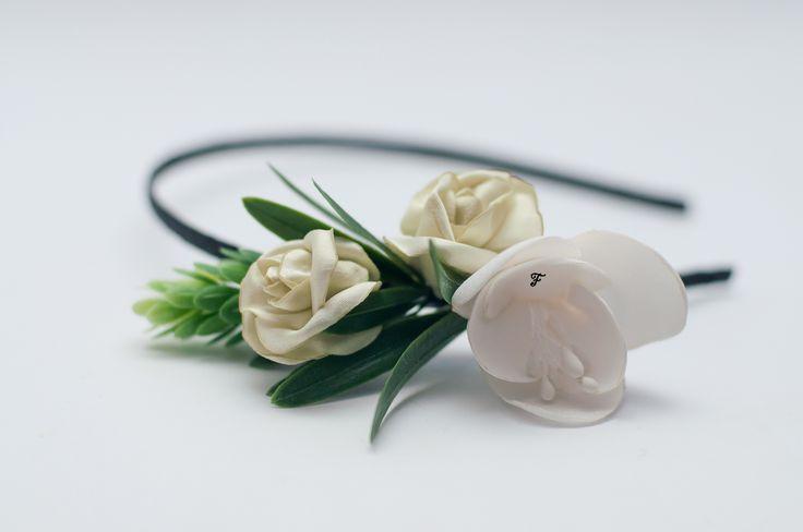 Ободок с цветком фрезии из атласа, двумя бутонными зелеными розами из сатина и веточкой хмеля.  #flos #цветы #аксессуары #украшения #для_волос #ободок #с_цветами #фрезия #фрезии #бутонная_роза #хмель #из_ткани #ручной_работы #handmade
