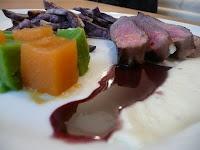 Entrecôte rosée à la crème d'ail et réduction de vin rouge au miel d'acacia, cubes de petits pois et carottes, frites de vitelottes