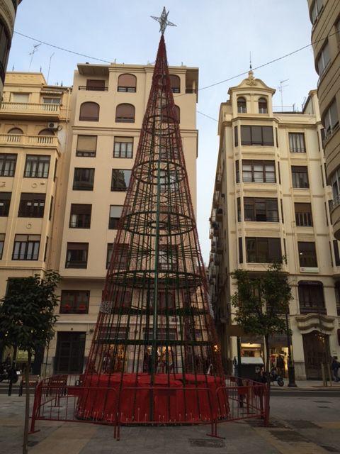 Árbol de Navidad junta a la calle de San Vicente de Valencia, de día.