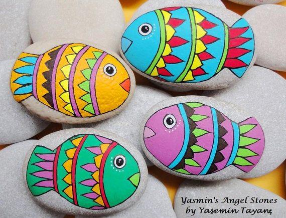 Piedra pintada mano de 4 pescado por StoneArtbyYasmin en Etsy