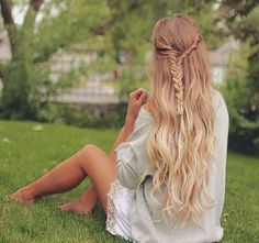 Voici 8 styles de coiffures qui pourront vous donner des idées pour votre prochaine coiffure les filles. La mode de cet été est surtout basée sur les coiffures tressées apparemment, mais qui le sait vraiment …