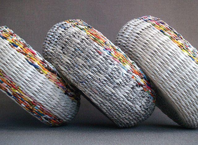 ♥♥♥ Если вам по душе творчество и занятия рукоделием, рекомендуем освоить плетение корзин из газетных трубочек. Во-первых, оно помогает создавать отличные места для хранения вещей, а во-вторых, постигнув основные принципы этого рукоделия, вы сможете экономить на покупке корзин из натуральных материалов – ротанга, соломки и лозы.