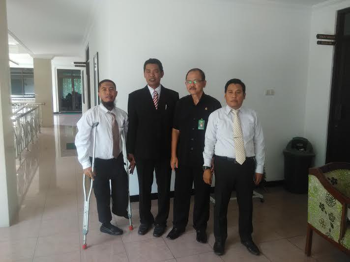 KIBLAT.NET, Poso – Keluarga Syamsul, anggota Mujahidin Indonesia Timur yang tertangkap oleh aparat TNI di desa Wuasa beberapa waktu lalu meminta pendampingan hukum danadvokasi kepada TPM Sahabat Keadilan (Sahlan). Hal itu disampaikan oleh Andi Akbar,SH selaku Tim Pengacara Muslim Sahabat Keadilan (TPM Sahlan) kepada wartawan Kiblat.net di Poso, pada Sabtu, (09/04). Akbar menyatakan bahwa keluarga …