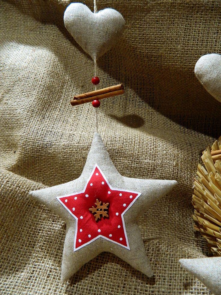 Staročeské Vánoce - závěsná hvězda se srdíčkem 4 Závěsná lněná hvězda se srdíčkem, skořicí a korálky - výška hvězdy 15cm+-. K zavěšení do okna, na skříň, dveře. Vypadá moc hezky i zavěšená na opěradle židle u štědrovečerní večeře... kamkoliv - délka jutového provázku 40cm. Cena za kus.