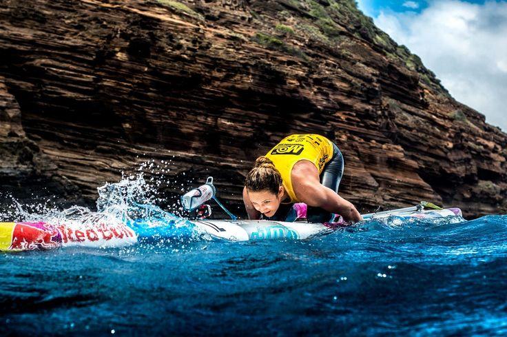 Remonta con ganas la actitud cuenta. No soluciona nada pero mantener la mente despierta ayuda. Lo contrario solo cierra puertas. ......................... Fot.: Red Bull | Jordan Mercer #hawaii #usa #eeuu #paddle #surf #surfstyle #mar #sea #agua #water #oceano #ocean #rocas #rocks #deporte #sport