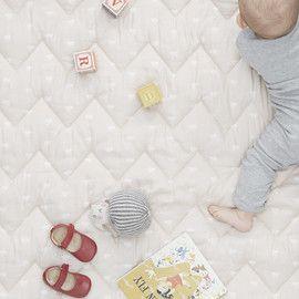 Prachtig babydeken van het Deense merk Cam Cam. Dit luxe deken is voorzien van een gewatteerde voering en de achterkant heeft een stof van zachte baby corduroy. Gebruik dit deken om je kleintje op te laten spelen, voor in de box of om je kleintje lekker toe te stoppen in de wandelwagen. Bij Cam Cam maken ze alleen gebruik van biologisch katoen welke GOTS gecertificeerd is en gaan ze voor kwaliteit.
