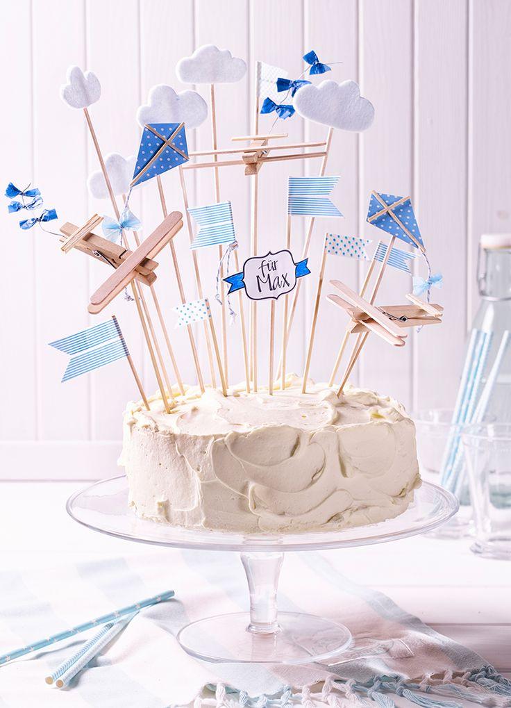 kleine Torte mit Vanille-Buttercreme zwischen saftigen Rührteigböden mit gebastelten Cake-Toppern