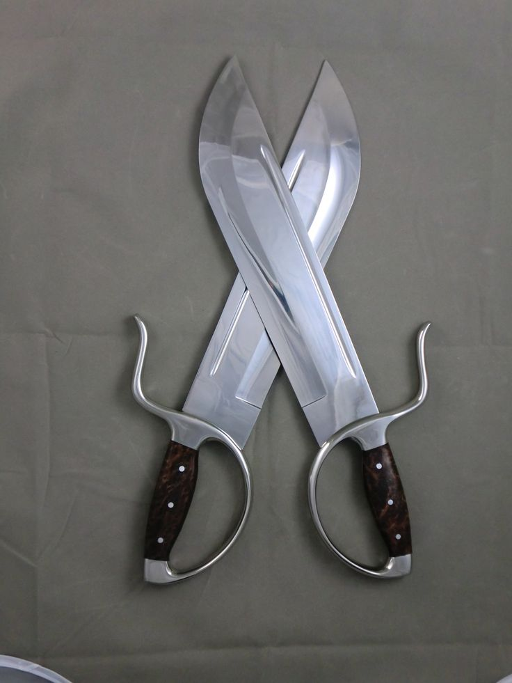 fyeahswords:  Thebutterfly sword(simplified Chinese:蝴蝶双刀;traditional Chinese:蝴蝶雙刀;pinyin:húdié shuāng dāo) is a shortdāo, or single-edged blade, originally from the South ofChina, though it has seen use in the North. The blade of a butterfly sword is roughly as long as a human forearm, which allows for easy concealment inside loose sleeves or boots, and allows greater maneuverability when spinning and rotating during close-quarters fighting. Butterfly swords are usually wielded in…