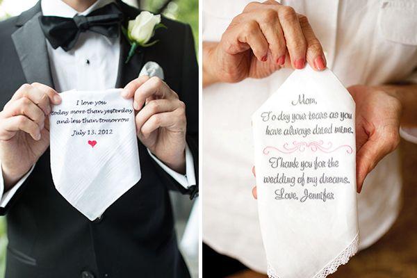 Otro detalle para los abuelos son unos pañuelos bordados con vuestras iniciales. #boda #detalles