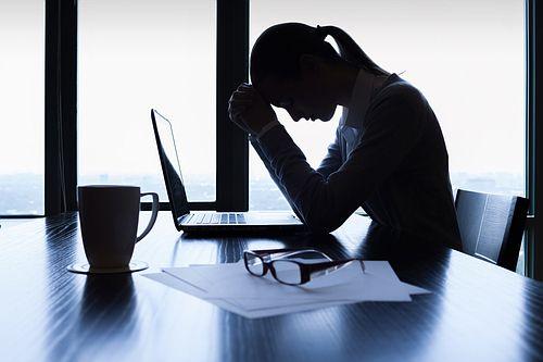 Es gibt einen einfachen Trick, nach einem Jobverlust schnell wieder eine neue Stelle zu finden: Schreiben Sie darüber! Grund ist der Katharsis-Effekt...  http://karrierebibel.de/katharsis-effekt-arbeitslosigkeit/