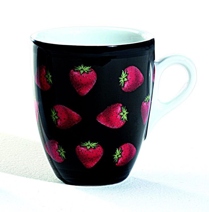 Una cascata di fragole golose su mug in porcellana