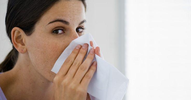 Como vencer o vício do spray nasal. A congestão nasal ocorre quando os vasos sanguíneos nas passagens nasais incham devido a resfriados, alergias ou irritações ambientais tais como o fumo ou a poeira. Os sprays nasais vendidos sob prescrição ou os de prateleira à base de esteroides limpam rapidamente esse congestionamento, e o alívio pode levar as pessoas a continuar a utilizá-los ...