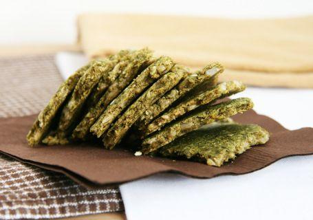 Chlebek z siemienia lnianego z zielonymi przyprawami, kiełkami