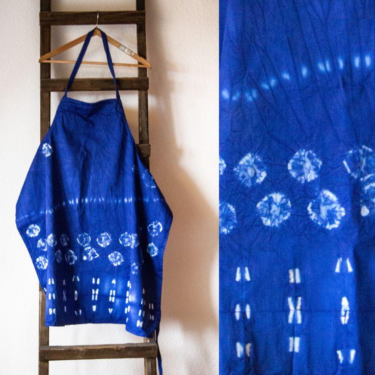 "1. Shibori Schürze (meh.) Aus altem Kittel  + Restposten Simplicol Farbe ""Kobaltblau"", Gute Shibori Falt-Anleitung: https://www.youtube.com/watch?v=KOot-ysZXOk&list=PLZlKQl6jR06yDBNH4et6Wd2QaukNuWo7-&index=74"