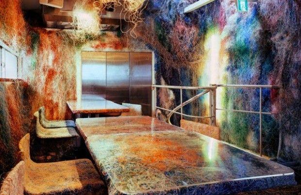 Ce petit restaurant se trouve dans une rue commerçante typique d'une banlieue de Tokyo. Ce lieu où l'on mange des yakitori (spécialité de brochettes japonaises) vient de subir une transformation radicale avec l'aide des architectes de Kengo Kuma & Associates.  En effet, les murs et le mobilier ont été recouverts de câbles LAN recyclés, ces vieux câbles informatiques transforment la pièce en une masse colorée et donnent l'apparence au mobilier de flotter dans l'espace.