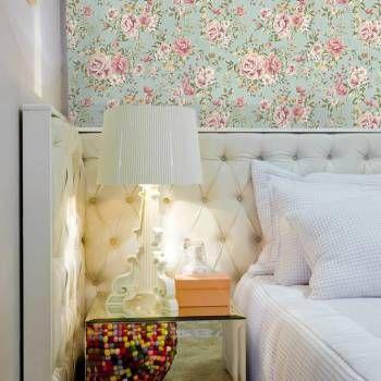 Papel de parede floral rosas com desenho tons de rosa, laranja e verde. Fundo verde claro. Tamanho: 1 Rolo de 3m (altura) X 50cm (largura).