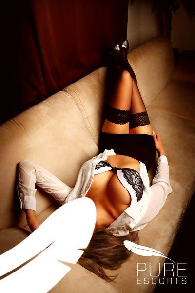 """Christin vereint alles, was Mann vom """"Mädchen von nebenan"""" erwartet…- und mehr! Mit endlos langen Beinen, sündhaft heißem Body und ihrem unvergleichlichen Charme lässt sie deine schönsten Fantasien wahr werden.  Christin ist sexy, verspielt, elegant & versteht das zärtliche als auch das hemmungslose Spiel. Sie kennt ihre Reize und zeigt auch gerne ihre verruchte Seite.  Jetzt buchen unter +49 (0)89 / 74 11 85 – 498 oder info@pure-escorts-muenchen.de"""