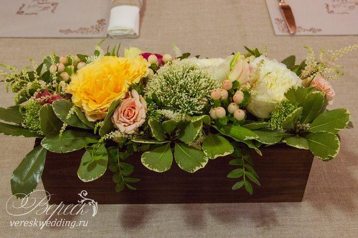 Флористика. цветочная композиция на гостевые столы в деревянном ящичке.