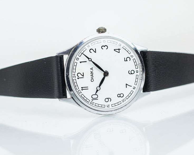 Montre mécanique dames visage classique 17 bijoux / / bon état / entièrement marche  -Entretenu, nettoyé et huilé par horloger professionnel. -Équipé avec bracelet de montre souple en cuir véritable pour votre usage quotidien. -Livré avec un guide utile pour le soin et l'alimentation.  Diamètre de la montre 1,2 pouces (3,1 cm)  Fabriqué en URSS. Année : 1970  s  Chaika (« mouette ») est une marque de montres ont été produites par lusine de montre Ouglitch depuis 1959.  Veuillez...