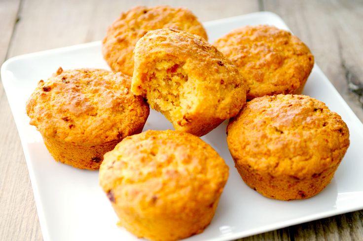 Deze koolhydraatarme hartige muffins van amandelmeel, oude kaas en zongedroogde tomaatjes zijn lekker als verantwoorde snack, maar je kan ze ook prima als onderdeel van je lunch nuttigen. Lekker hè :-).