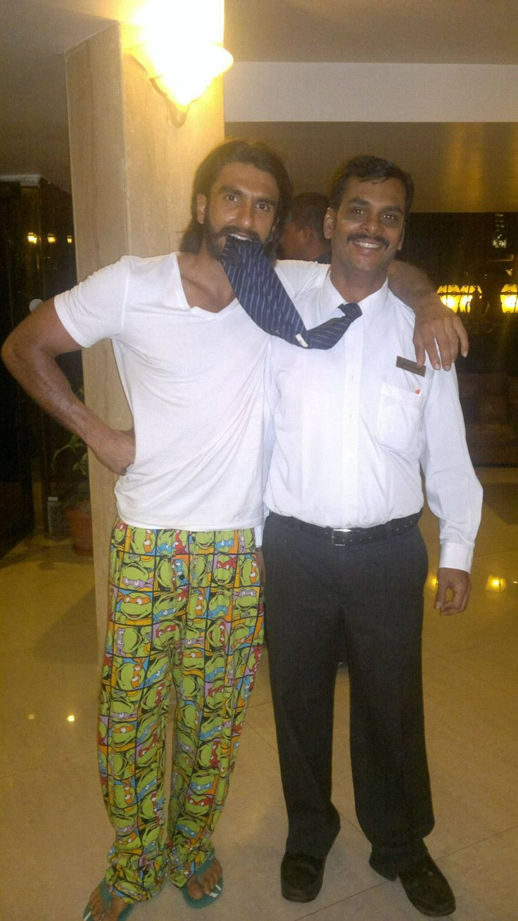 A #bollywood star #RanvirSingh with the staff member of Ravine Hotel.