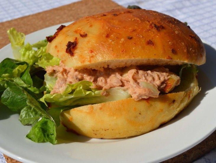 #Tonijnsalade. 1/2 ui,5 gr Bieslook.1 Jonagold #appels,50 gr #tonijn in olie,1 eetlepel ketchup,3 eetlepel mayonaise,Snufje zout en peper,1 handje #sla. Broodje. Snipper de #ui, snij de appel in 1 cm blokjes en snij de bieslook fijn. Meng daarna de mayonaise en ketchup samen met een snufje peper en zout tot een gladde saus. Meng de saus luchtig met de uien, appel, tonijn en bieslook. Smeer de tonijnsalade op het #brood en leg de sla erop. Eet smakelijk! #laplace #gerecht #recept #tip #eten