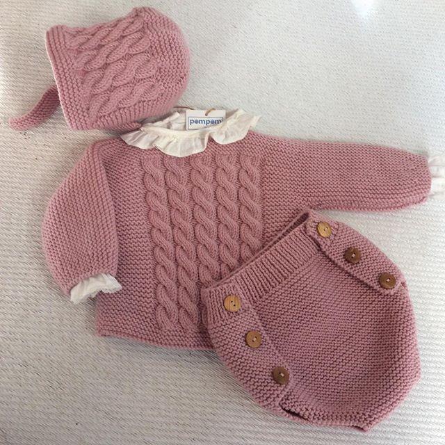 Conjunto de ochos, ranita, jersey y capota, todo un acierto para una primera puesta de tu bebe. #hechopormiparati #kids #hechoamano #bebes #primerapuesta #mascolores