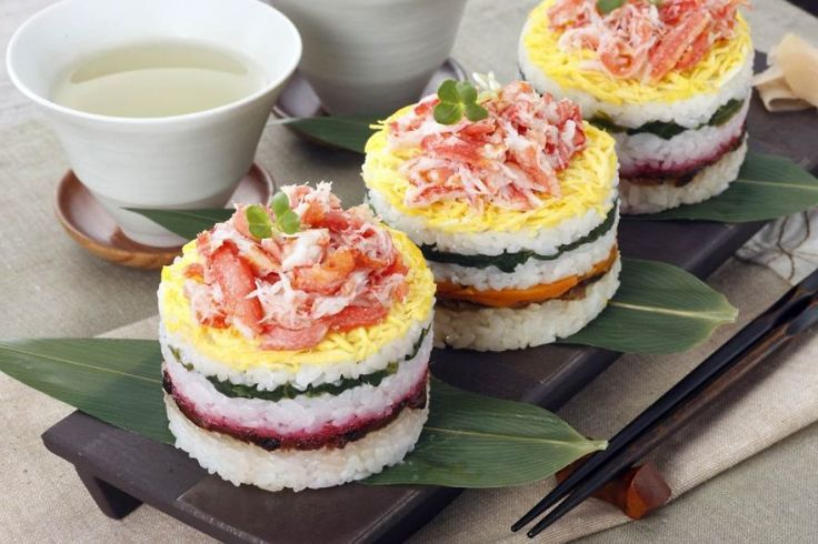 Sushi Cakes: Easy To Make And Fun To Eat - Have you ever seen Japanese sushi cakes? They look great and people enjoy both making and eating them. We call them Sushi Cakes these days, but originally they were called Oshi-sushi. Nowadays, people use cake pans and a greater variety of ingredients. So we started calling them Sushi Cakes.